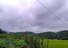 雨天的山川田野