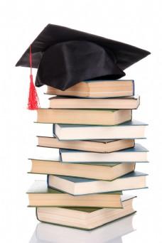 一堆书上的博士帽图片