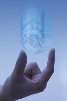 手与地球创意海报设计图片