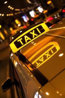 夜晚灯光下的出租车标志图片