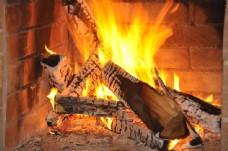 正在燃烧的木柴图片