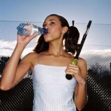 喝水的网球运动员图片