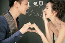 做爱心手势的情侣图片
