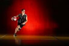 打篮球的男生图片