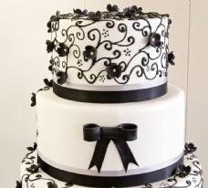 生日蛋糕上的蝴蝶结和鲜花图片