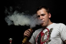 吸烟的男人图片