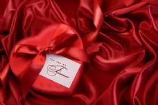 情人节礼物与红绸背景图片