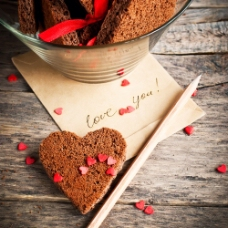 情人节贺卡与爱心蛋糕图片