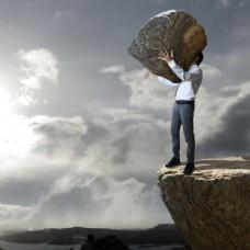 抱着石头的男人图片