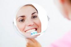 照镜子刷牙的女人图片