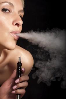抽烟的外国女人图片