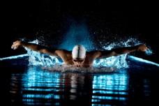 奋力游泳的运动员图片