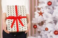 圣诞礼物与圣诞树图片