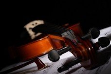 小提琴与乐谱图片