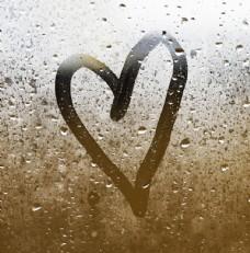 雨天玻璃窗上画的心形图片