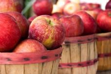 竹篮里的的红苹果图片