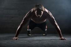 做俯卧撑的健身男人图片