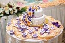 生日蛋糕和鲜花图片