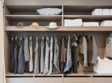 衣柜里的女性衣服图片