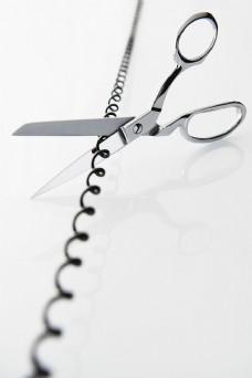 剪刀剪断螺旋电线图片