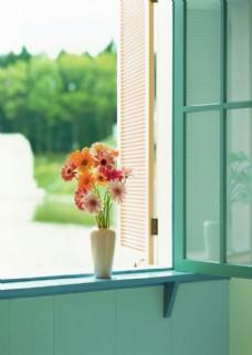 窗台上的花瓶图片