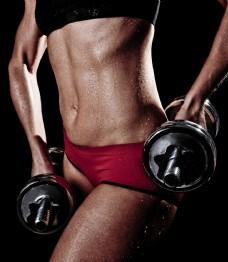 双手提哑铃的健身美女图片