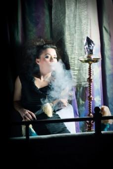 窗户边抽烟的女人图片