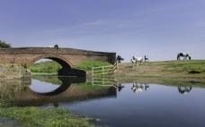 蓝天下的拱桥风景图片