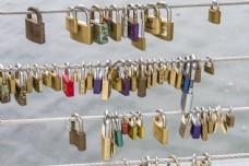 栏杆上的爱情锁图片
