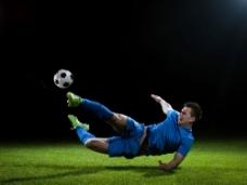 踢足球的球员图片