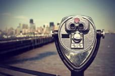 望远镜与城市风景图片