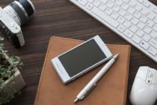 办公桌上的手机和笔图片