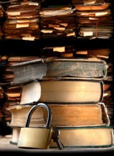 靠着书本的锁图片