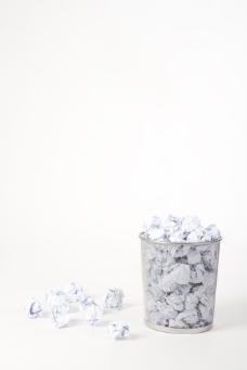 垃圾桶里的废纸图片