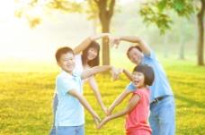 草地做爱心状的一家人图片