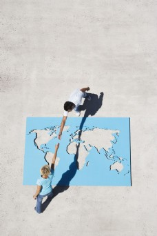 跨过世界地图牵手的人图片