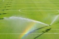 足球场上的彩虹图片