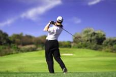 打高尔夫球的男人图片