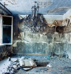 废弃房间里的吊灯图片