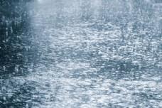 雨天溅起的水花图片