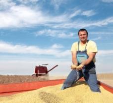 捧着大豆的农夫和收割机图片