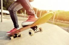 踩在滑板上的脚图片