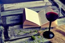翻开的书本与红酒图片