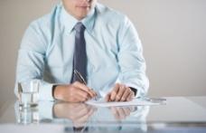 签合同的商务男士图片