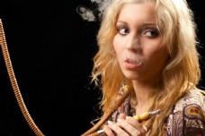 抽水烟的女人图片