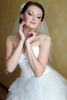 双手托下巴新娘图片