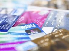 叠在一堆的信用卡图片