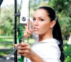 在坐射击运动的女人图片