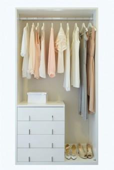 衣柜里的 衣服和鞋子图片