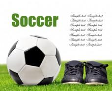草地上的足球与足球鞋图片